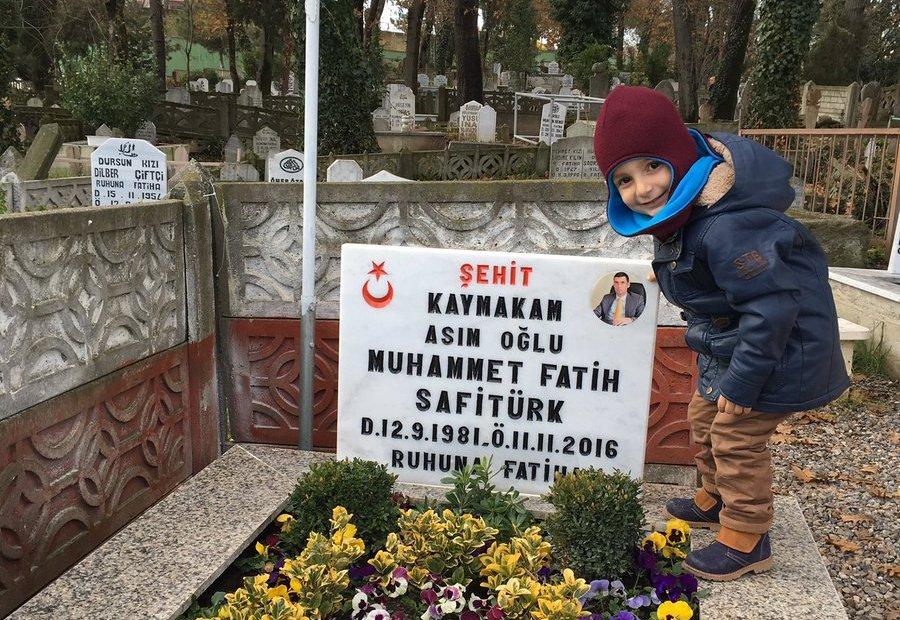 ASIM EREN SAFİTÜRK ŞEHİD BABASININ KABRİNDE