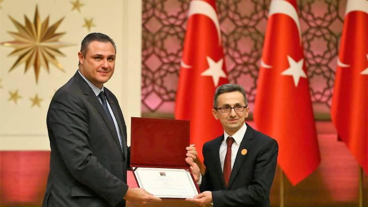 SAÜ'den Prof. Dr. Ayhan'a Bilim Ödülü