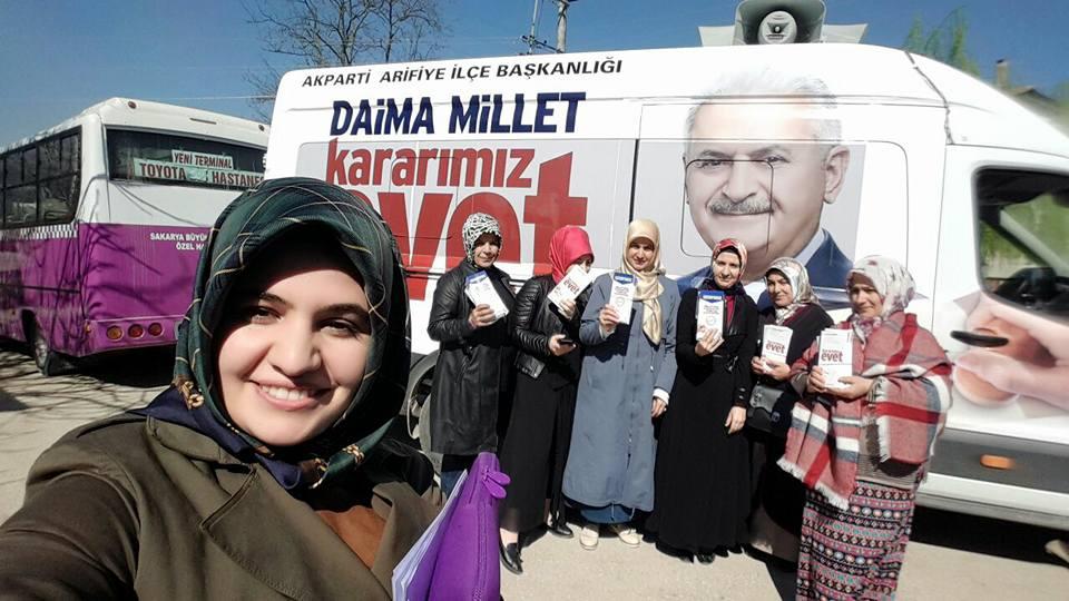 Arifiye Ak Kadınlar Çat Kapı 'Evet' Broşürü dağıtıyorlar