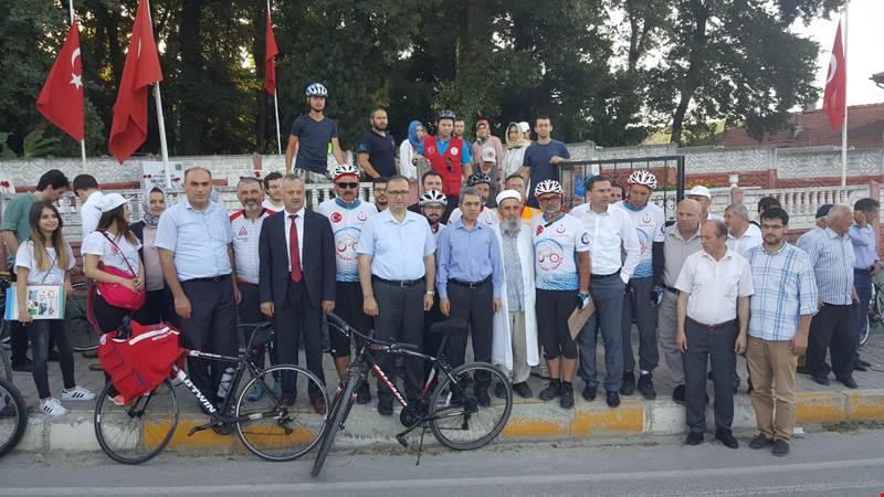 Bisikletle Arifiye'ye gelerek 15 Temmuz Şehitleri ve Şehitliğimizi ziyaret ettiler