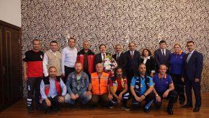 Vali Balkanlıoğlu,makamında ziyaretleri kabul etmeye devam ediyor