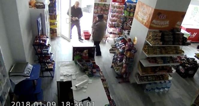 Arifiye'de Kasiyerin gözünden kaçan 'tırnakçı' kameraya yakalandı