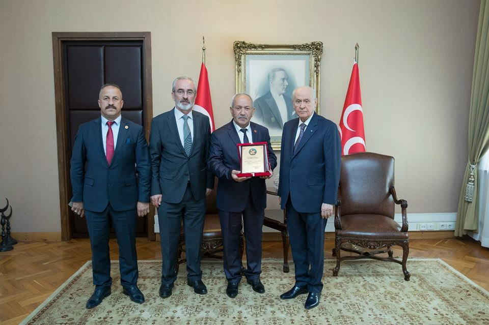 Arifiye Muhtarlar  Derneğinden MHP Liderine plaket