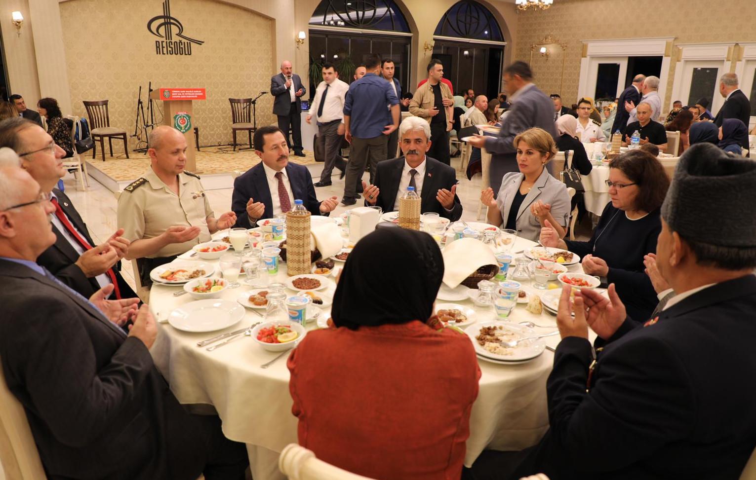 Vali Balkanlıoğlu Gazeteciler, Şehit Aileleri ve Gazilerle Birlikte İftar Yaptı