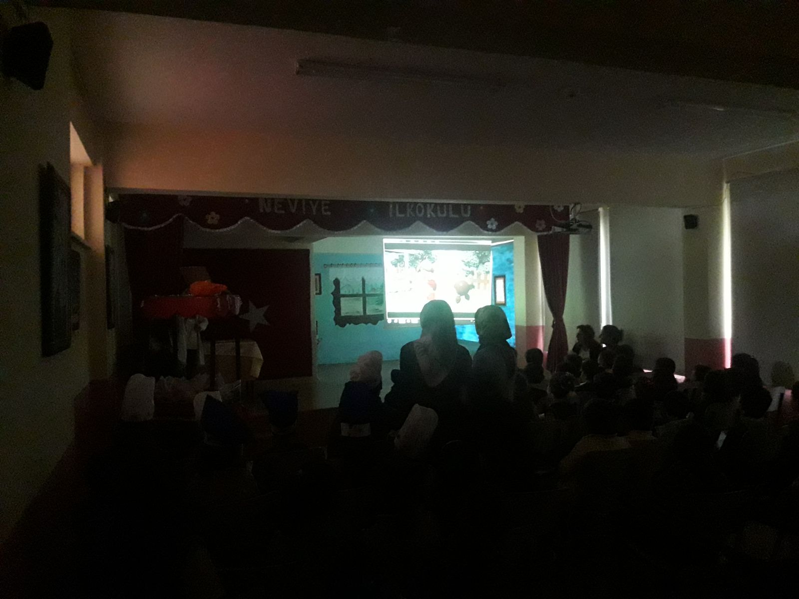 Arifiye Neviye İlkokulunda öğrencilere sinema keyfi