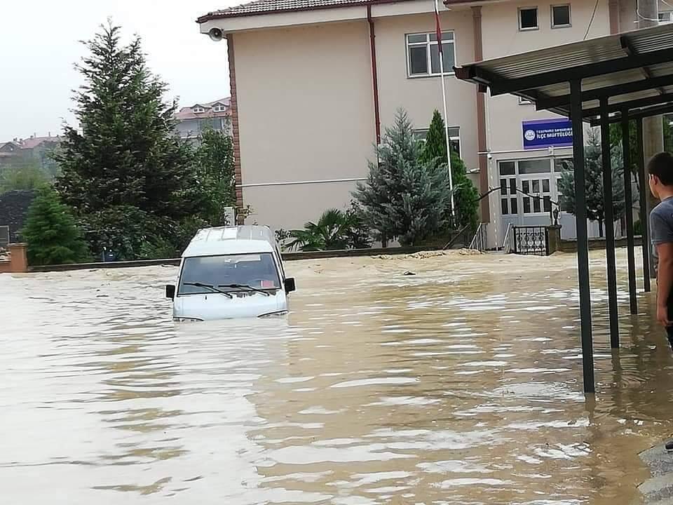 Sağanak yağış Kaynarca'da hasara yol açtı