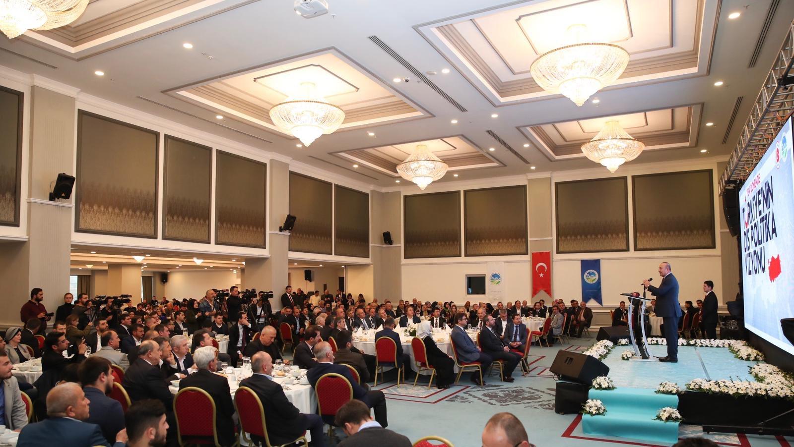 Dışişleri Bakanı Çavuşoğlu, Sakarya'da konferansa katıldı.