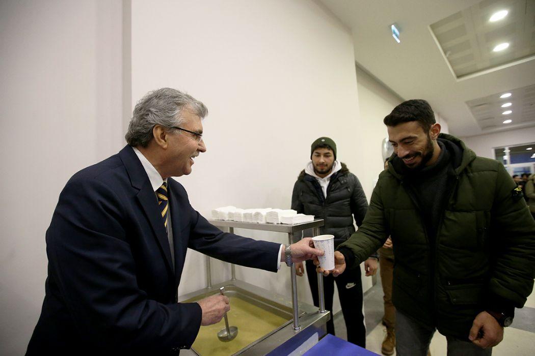 Ekrem Yüce,SAÜ'de final sınavlarına hazırlanan öğrencilere çorba ikram etti.