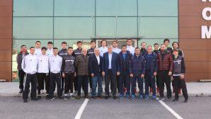 Başkan Toçoğlu,Sakaryaspor altyapı sporcuları ve teknik heyetiyle bir araya geldi