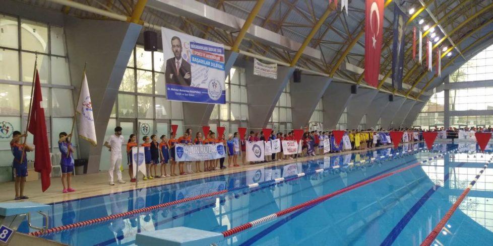 Yüzme Yarışları Nefesleri Kesti