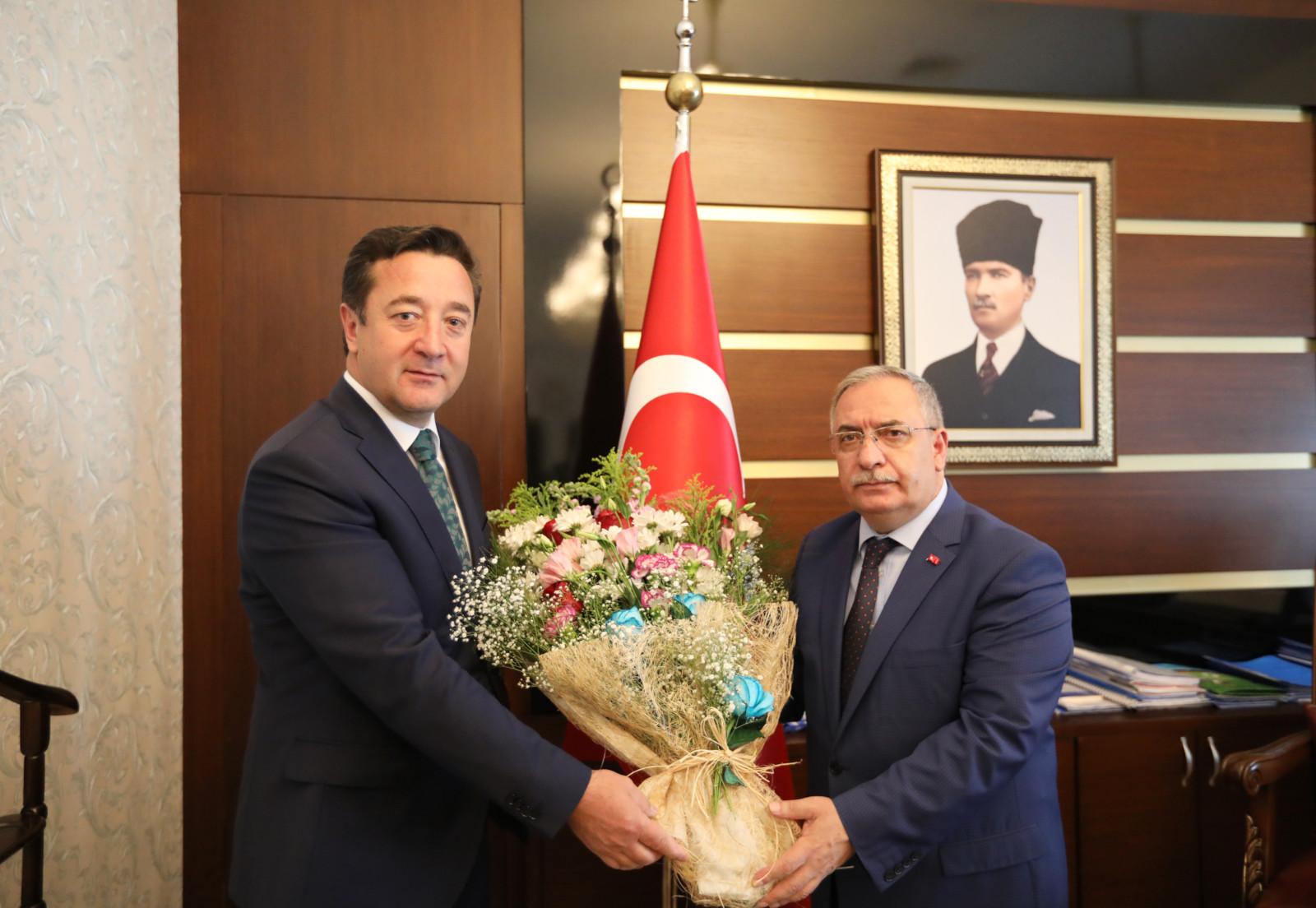 SGK İl Müdürü Erhan Çavuş,Vali Nayir'i ziyaret etti.
