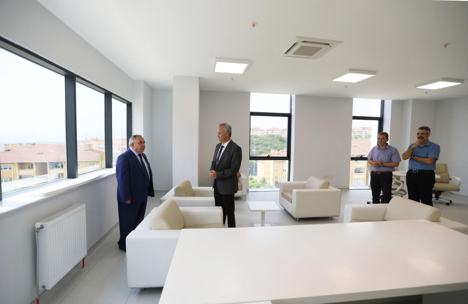 Vali Nayir Sağlık ve Koordinasyon Merkezi Binasında İncelemelerde Bulundu