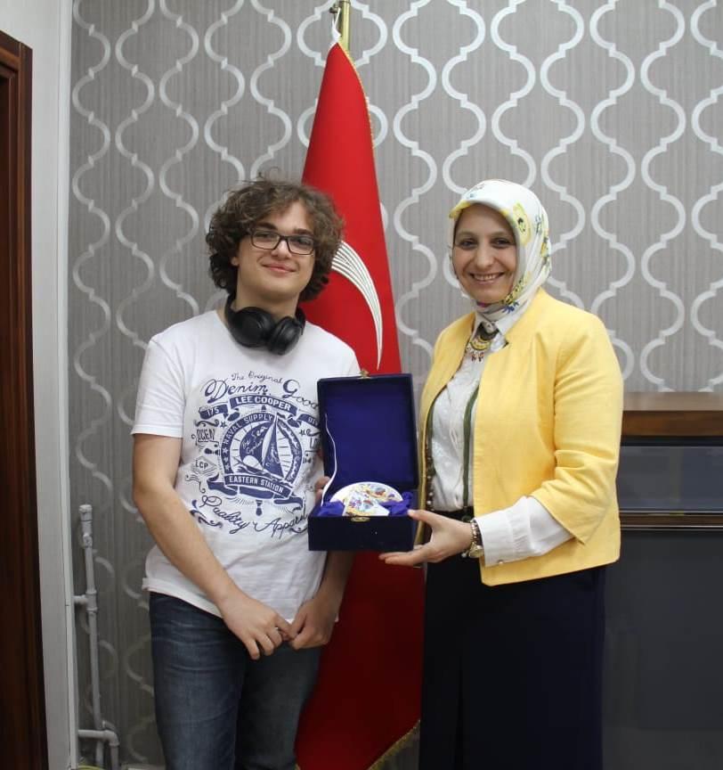 Dünya Biyoloji Olimpiyatında Gümüş Madalya Kazandı.