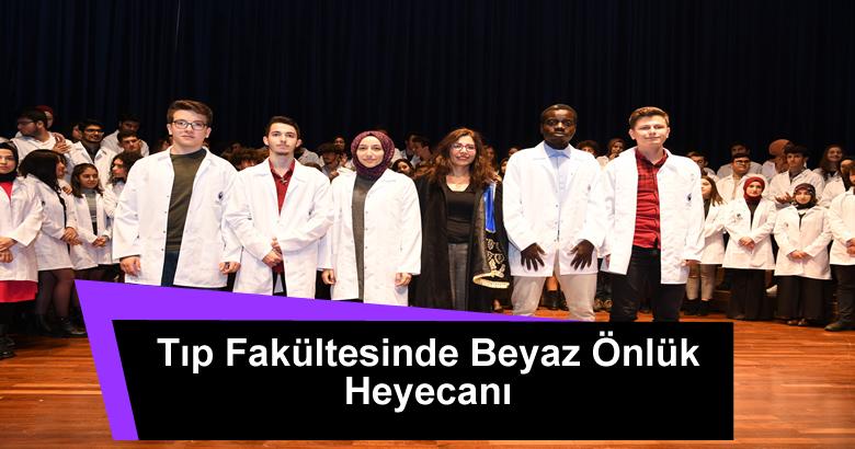 Sakarya Üniversitesi Tıp Fakültesi birinci sınıf öğrencileri için Beyaz Önlük Giyme Töreni düzenlendi.