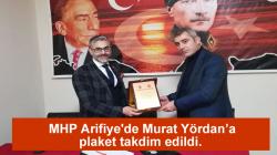 MHP Arifiye'de Murat Yördan'a plaket takdim edildi.