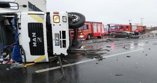 TEM Otoyolu'nda tır ile otomobil çarpıştı