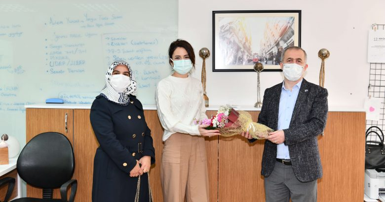 Rektör Savaşan'dan  Kadınlar Gününde Çiçekli Kutlama