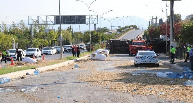 Su kamyonetine çarparak devrildi: 4 yaralı