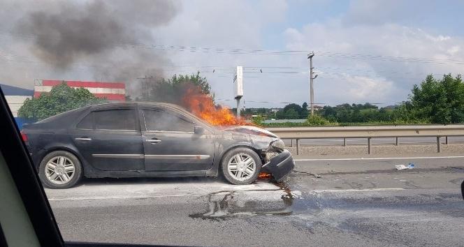 Alevlere teslim olan otomobil söndürüldü