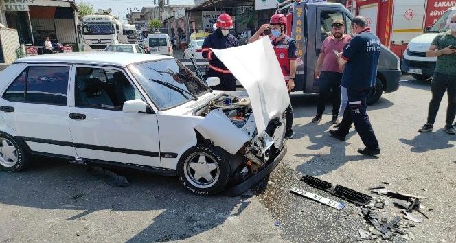 Sanayide iki otomobil çarpıştı