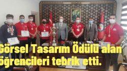 Görsel Tasarım Ödülü alan öğrencileri tebrik etti.